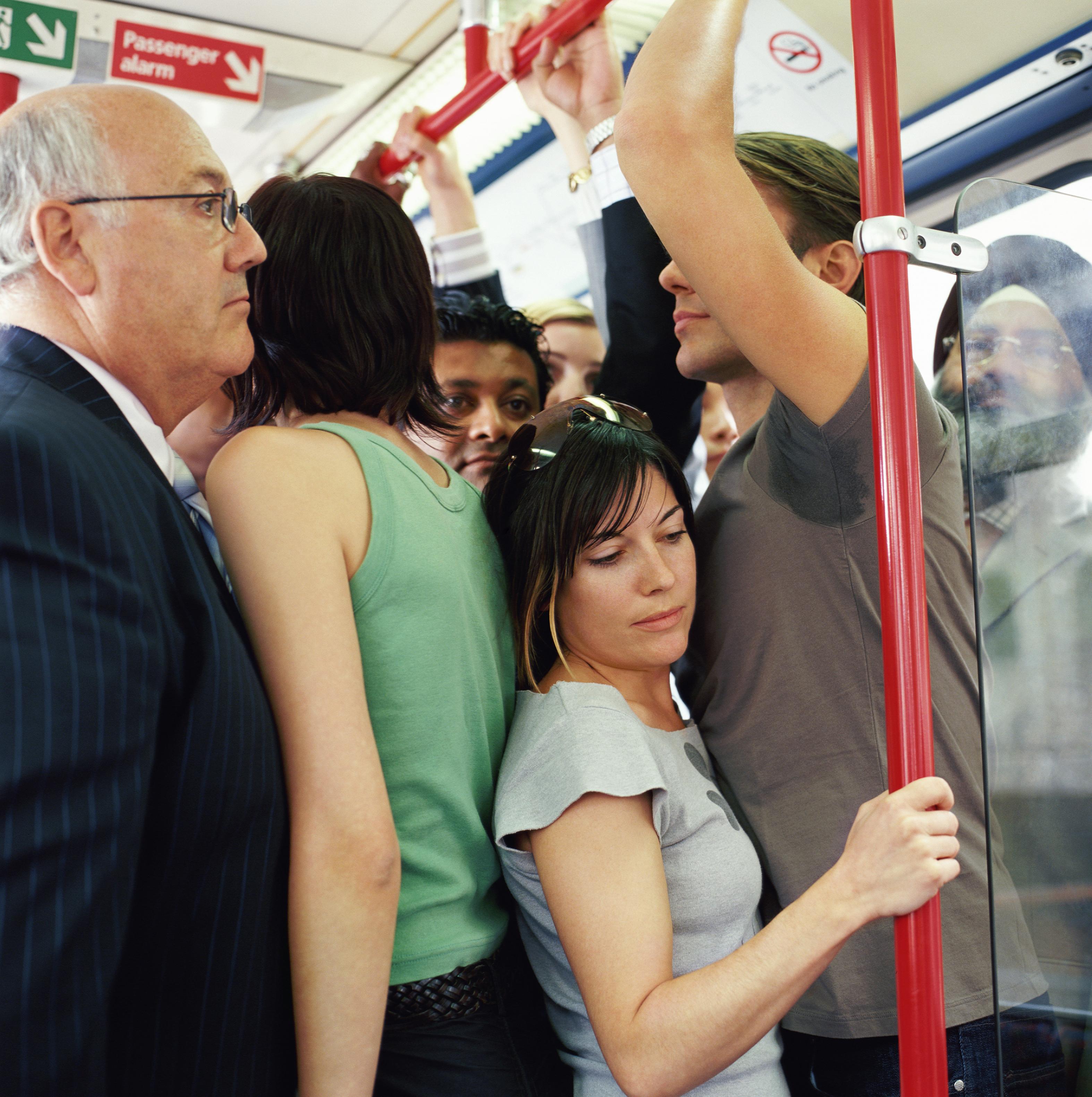 Мужики прижимаются к женщинам в автобусе видео — photo 15